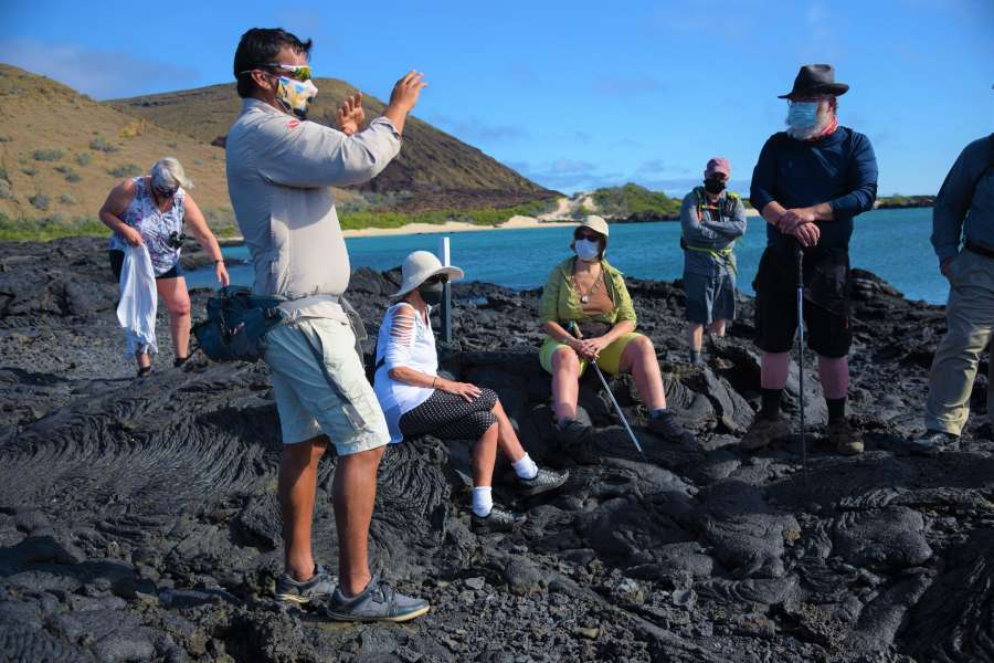 Guía y turistas en Isla Santiago
